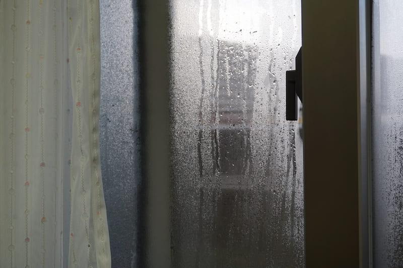 寝室の窓ガラスに結露発生.jpg