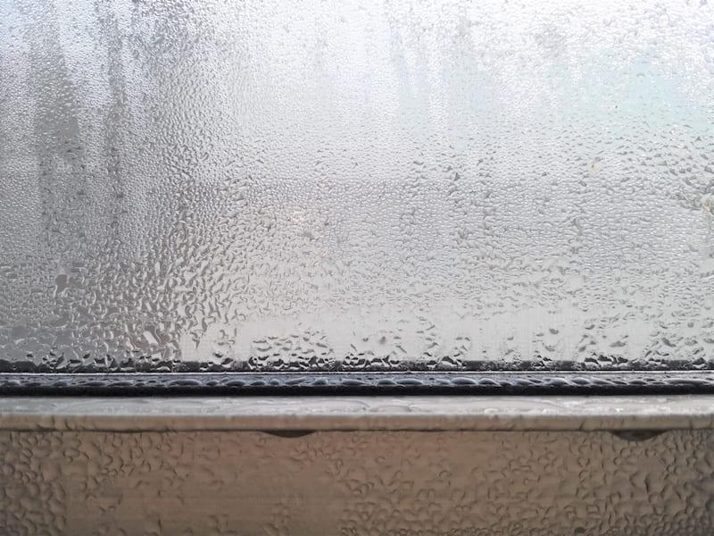 窓サッシに結露
