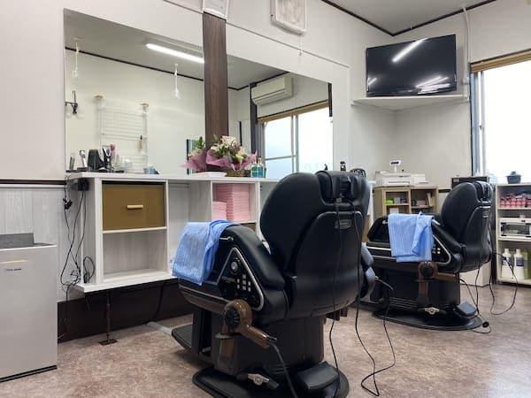鏡を取り付けた小郡市の理髪店