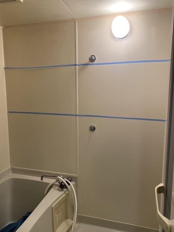 鏡取り付け前の浴室